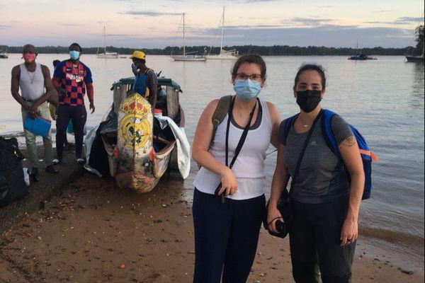 Les deux infirmières de l'équipe du CHRU de Nancy s'apprêtent à partir en pirogue pour une mission de dépistage coronavirus à l'intérieur des terres.