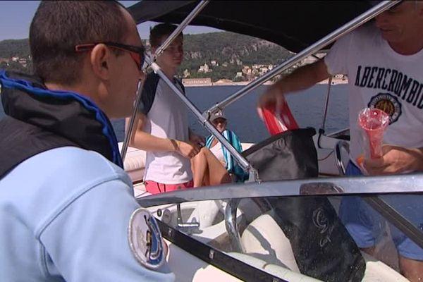 Les gendarmes vérifient que le matériel obligatoire est bien présent à bord du bateau.