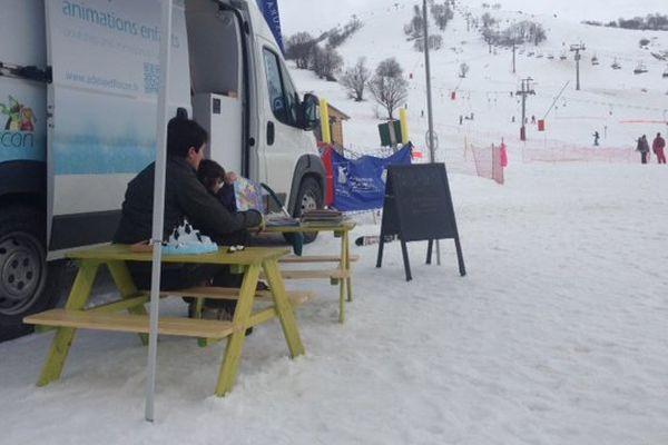 Sur le front de neige à Albiez-Montrond (Savoie), les tables de lecture