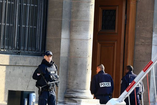 Entrée du 36 quai des Orfèvres, le siège de la police parisienne (Illustaration)