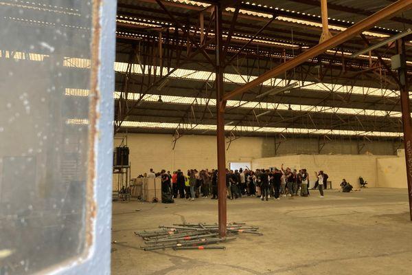 En fin de matinée de ce dimanche, plusieurs dizaines de participants dansaient encore dans le hangar désaffecté