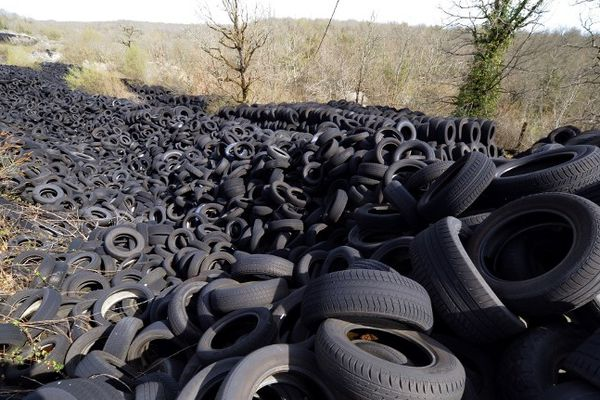 La décharge de lachapelle-Auzac dans le Lot ne se vide qu'au compte-gouttes en raison de la complexité du dispositif d'élimination des pneus usagés et de l'imbroglio créé en 2005 par la liquidation de l'entreprise qui la gérait.