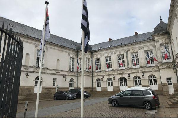 """Le """"Gwenn ha du"""", le drapeau breton, flotte depuis le 17 décembre devant l'hôtel de ville de Nantes et depuis 2004 devant l'Hôtel du Département."""