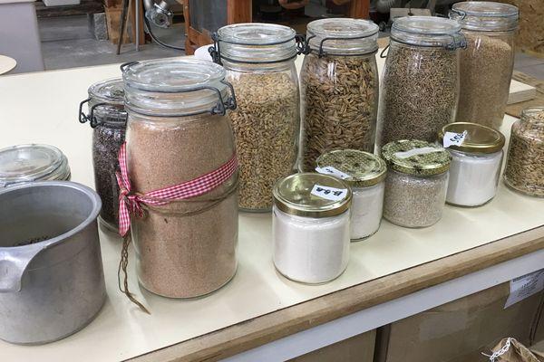 Les graines de céréales, produites à la ferme sont présentées au public dans le coin boutique