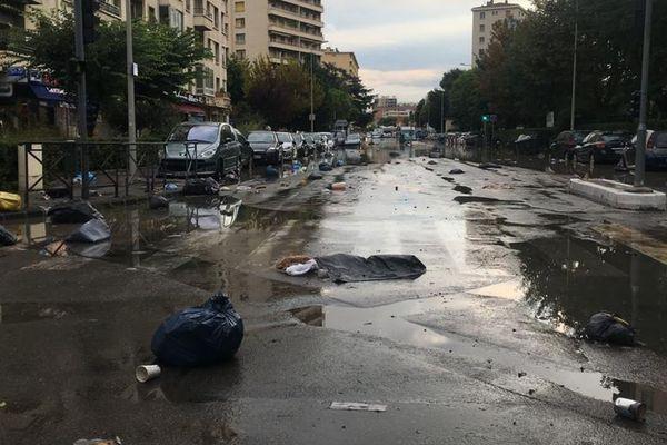 Les poubelles emportées dans les rues par les ruissellements d'eau sur le boulevard Michelet à Marseille.