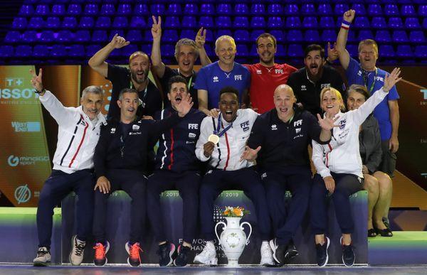 Enzo Lefort et son équipe célèbrent sa première médaille d'or de champion du monde de fleuret.