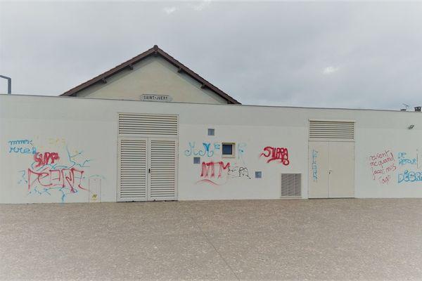 Les murs de la gare salle de spectacles de Saint-Juéry ont été l'une des principales cibles des tagueurs.