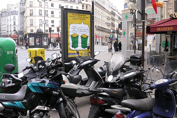 Des motos garées sur le trottoir à Paris dans le 9e arrondissement