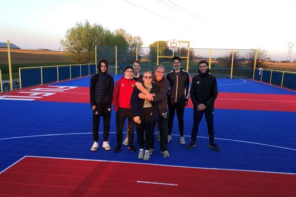 Jean Kohler (qui enlace sa fille) et les jeunes basketteurs qui ont aidé à la réhabilitation du city stade de Furdenheim ont achevé leur oeuvre peu avant 19h le vendredi 2 avril.