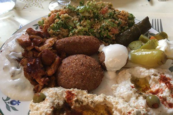 Le restaurant Rand Alep de Saint-Nazaire propose des spécialités syriennes et libanaises réunies ici dans cette copieuse assiette.