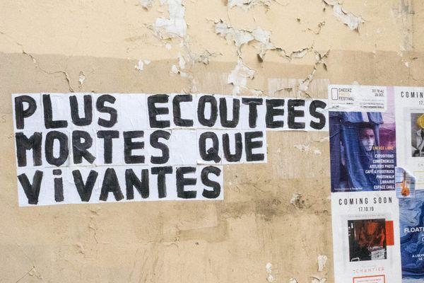 Une affiche dénonçant les féminicides