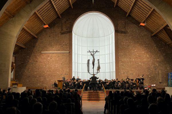 Les musiciens et les auditeurs réunis dans l'église Saint-Barthélémy de Géradmer autour de la musique des films de Miyazaki,