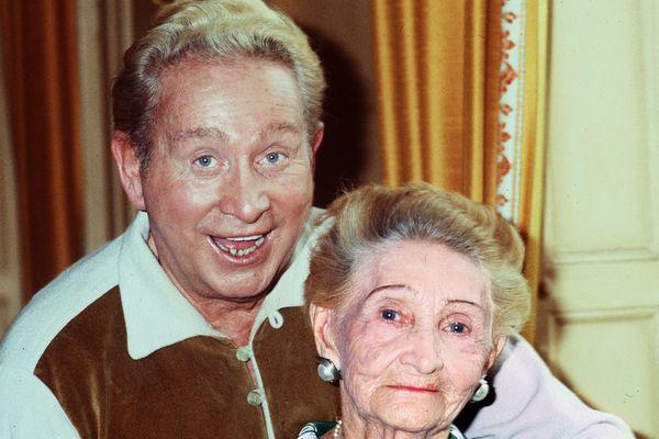 Charles Trenet et sa mère Marie-Louise Caussat-Trenet en 1978.