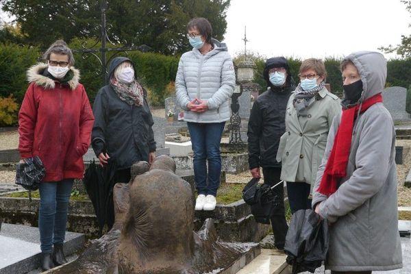 """Des bénévoles étaient réunis au cimetière de Yèvres-le-Chatel, le mardi 27 octobre, date de création de l'association """"Pour une alternative funéraire"""""""