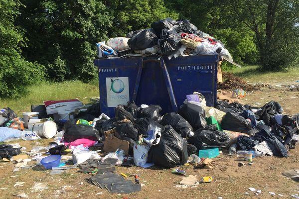Les bennes installées aux abords des camps débordent. En cette période de confinement, les gens se débarrassent de leurs déchets, loin de leurs quartiers, à l'abri des regards.