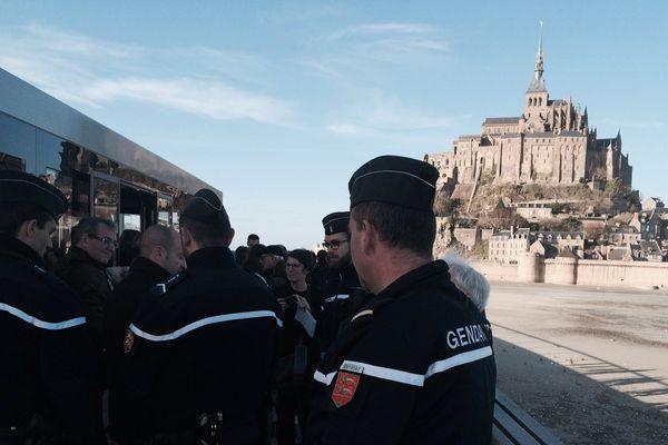 Les gendarmes répondent à la situation d'urgence au Mont-Saint-Michel