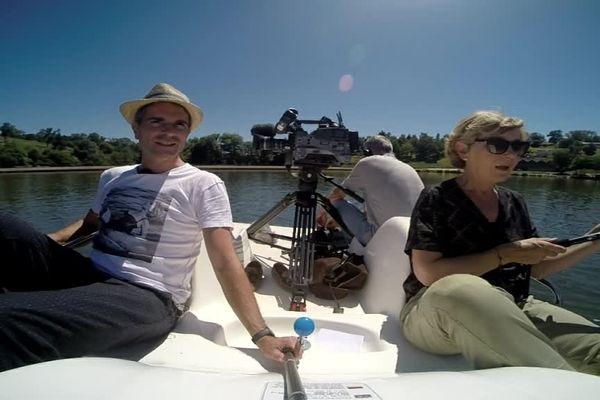 Richard Beaune et Valérie Mathieu pédalent sur le plan d'eau de Saint Rémy-sur-Durolle pour faire le tour des festivals en Auvergne.