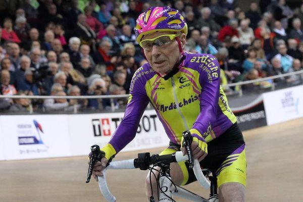 Le cycliste Robert Marchand, âgé de 105 ans, au vélodrome de Saint-Quentin-en-Yvelines