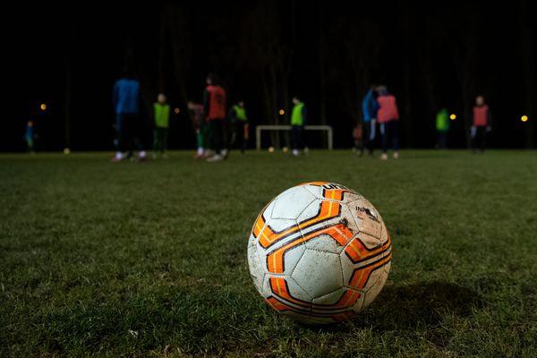 Les clubs de foot amateurs craignent des dommages financiers suite à la perte de nombreux licenciés.