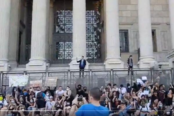 A Lyon, la situation se tend devant le palais de justice de Lyon (les 24 colonnes). Des centaines de manifestants sont réunis pour soutenir la famille d'Adama Traoré.