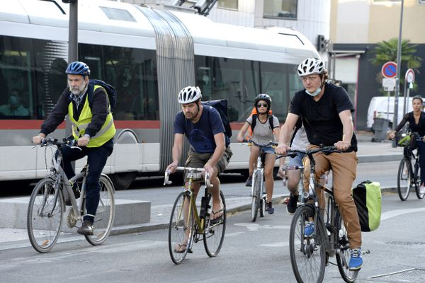 Prendre le vélo plutôt que le tramway ou sa voiture pour aller au boulot : 50 agents de la Métropole de Lyon ont mené l'expérience durant six mois. Bilan : c'est bon pour le moral et la santé !