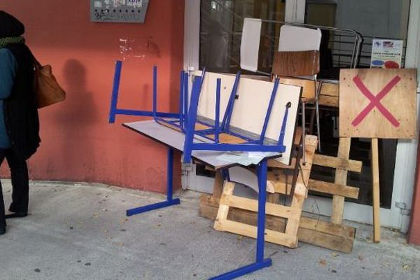 Tables et cadenas ont été installés pour barrer l'accès aux salles de cours