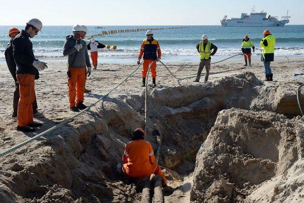 """Orange Marine installe et assure la maintenance de câbles sous-marins, comme ici à la Seyne-sur-Mer en mars 2016 sur un câble """"SEA-ME-WE 5"""" qui relie la France et Singapour."""