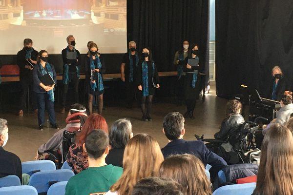 Le Choeur de l'Opéra de Bordeaux s'est rendu au lycée Victor Louis de Talence pour aller à la rencontre des élèves.