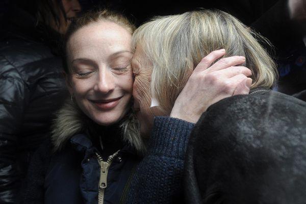 Florence Cassez embrasse sa maman à son retour en France, le 24 janvier 2013, à l'aéroport de Paris-Charles-de-Gaulle.