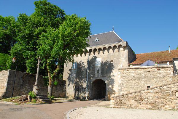Montsaugeon - Porterie médiévale - photo Jean-François Feutriez OT Langres