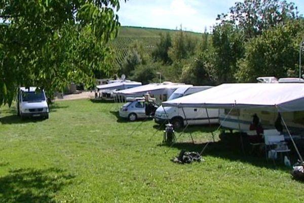 Plusieurs familles de saisonniers campent à Sury-en-Vaux (18) le temps des vendanges.