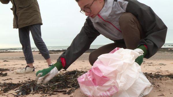 Ramasser les petits déchets plastiques prend plus temps.