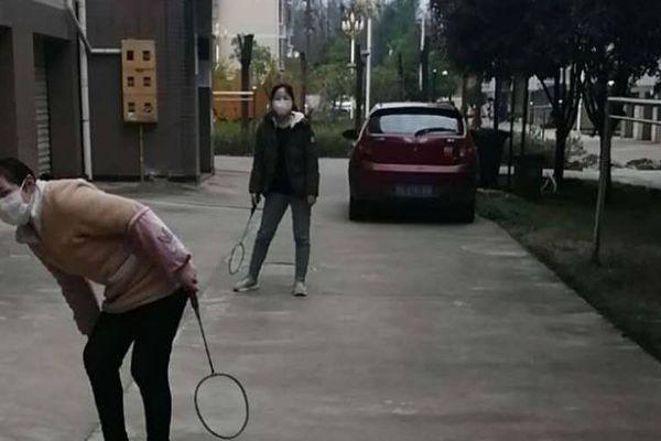 Après plus d'un mois de confinement, Ruirui et sa mère s'autorisent une partie de badminton en bas de leur immeuble.