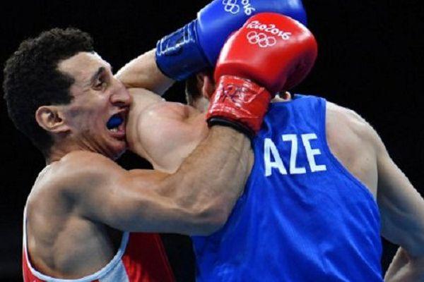 le boxeur de Toulouse Bagatelle Sofiane Ouhmia face à l'Azebaïdjanais Albert Selimov lors des quarts de finale des JO à Rio