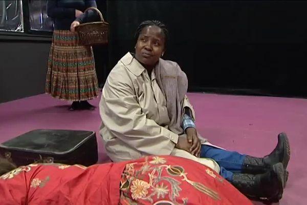 Théâtre : des demandeuses d'asile montent sur les planches et racontent leurs histoires