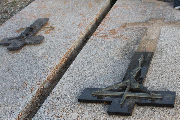 Sur les tombes du cimetière d'Osséja, des croix ont été retournées.