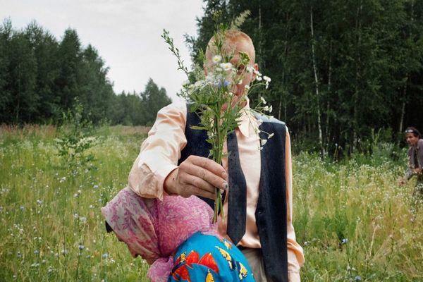 DES PATIENTS DANS LA FORÊT PRÈS DU VILLAGE. ELAT'MA, RÉGION DE RIAZAN, RUSSIE, 2012. © ANASTASIA RUDENKO – PRIX CANON DE LA FEMME PHOTOJOURNALISTE 2015 SOUTENU PAR LE MAGAZINE ELLE