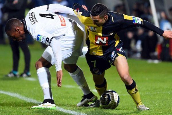 Le défenseur guingampais Baissama Sankoh (en blanc) face au milieu Fawzi Ouaamar d'Arles-Avignon lors des 8e de finale de Coupe de la Ligue au Parc des Sports Stadium en Avignon - 17/12/2014
