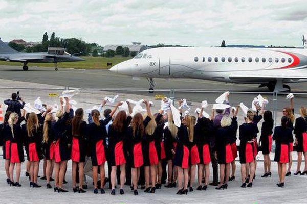 Le Falcon et le Rafale salués par les hotesses de Dassault Aviation lors de cette ultime journée de salon au Bourget.
