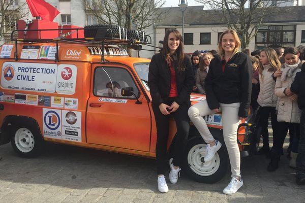 Maïwenn Lemasle et Sarah Dridri avant leur départ de Parthenay pour le rallye-raid étudiant 4L Trophy, le 13 février 2017.