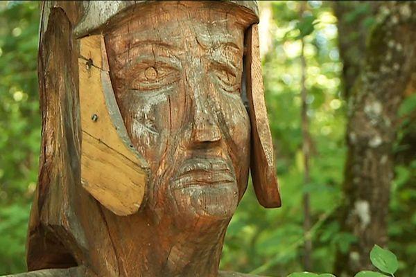 Les personnages de Christian Cadot s'inspirent du cadre forestier qui les entoure....