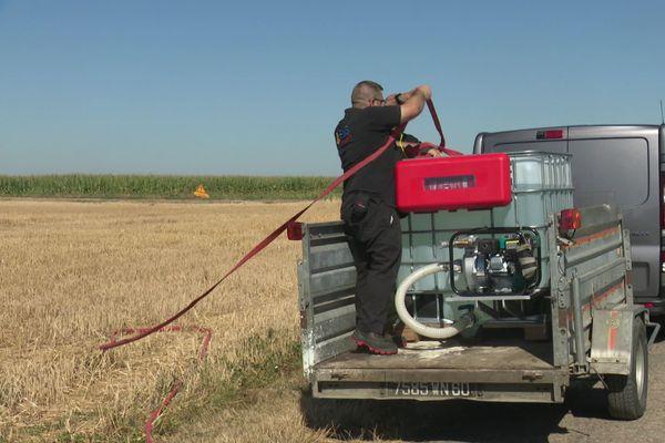 Le kit anti-feux est composé d'un extincteur, d'une cuve et d'une moto pompe.