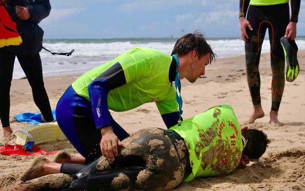 La formation des nageurs-sauveteurs inclut le sauvetage mais également le secourisme. Ici, le sauveteur place la victime inconsciente et qui respire en position latérale de sécurité.