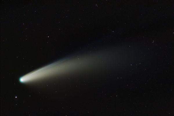 La queue de la comète, sublimée par l'action des rayons du soleil, a été particulièrement visible depuis la Terre en juillet 2020.
