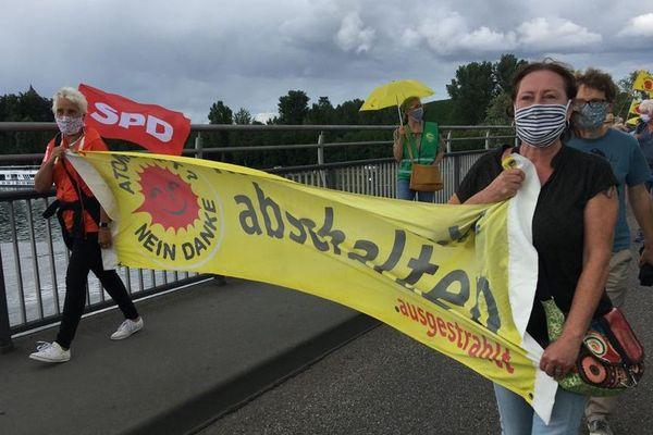 """""""Arrêter la centrale"""" est le slogan brandit par les opposants au nucléaire sur le pont de Breisach, ce lundi 29 juin 2020"""
