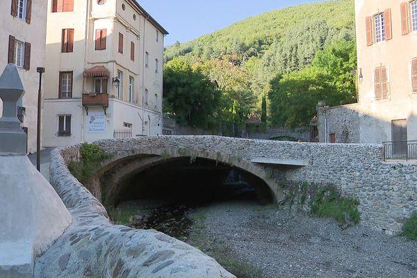 Valleraugue (Gard) - la rivière Clarou, le pont et les maisons du village cévenol - 21 septembre 2021.