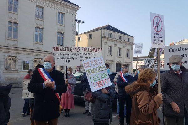 Les opposants au projet d'éoliennes, jeudi 15 octobre au matin, devant la préfecture de Tours.