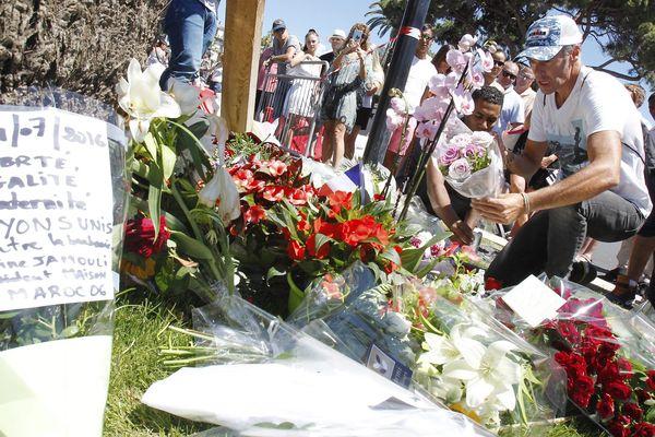 Des fleurs déposées sur la Promenade des Anglais