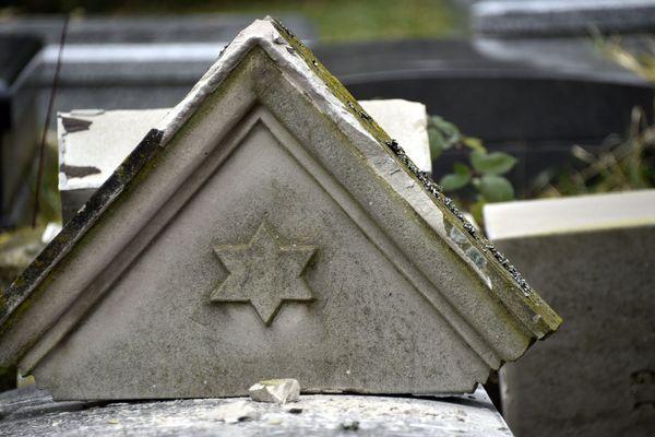 Le 12 février 2015, cinq adolescents avaient profané des centaines de tombes au cimetière juif de Sarre-Union (Bas-Rhin), provoquant une émotion dans tout le pays.