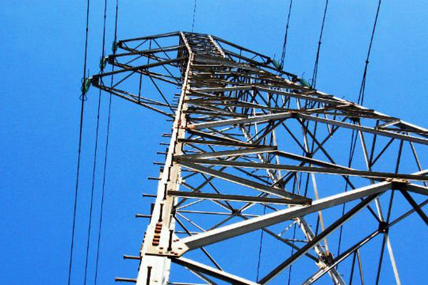 Les deux adolescents se trouvent sur un pylône électrique à plus de 10 mètres du sol.